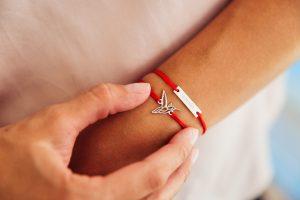 Красная нить как работает на руке?